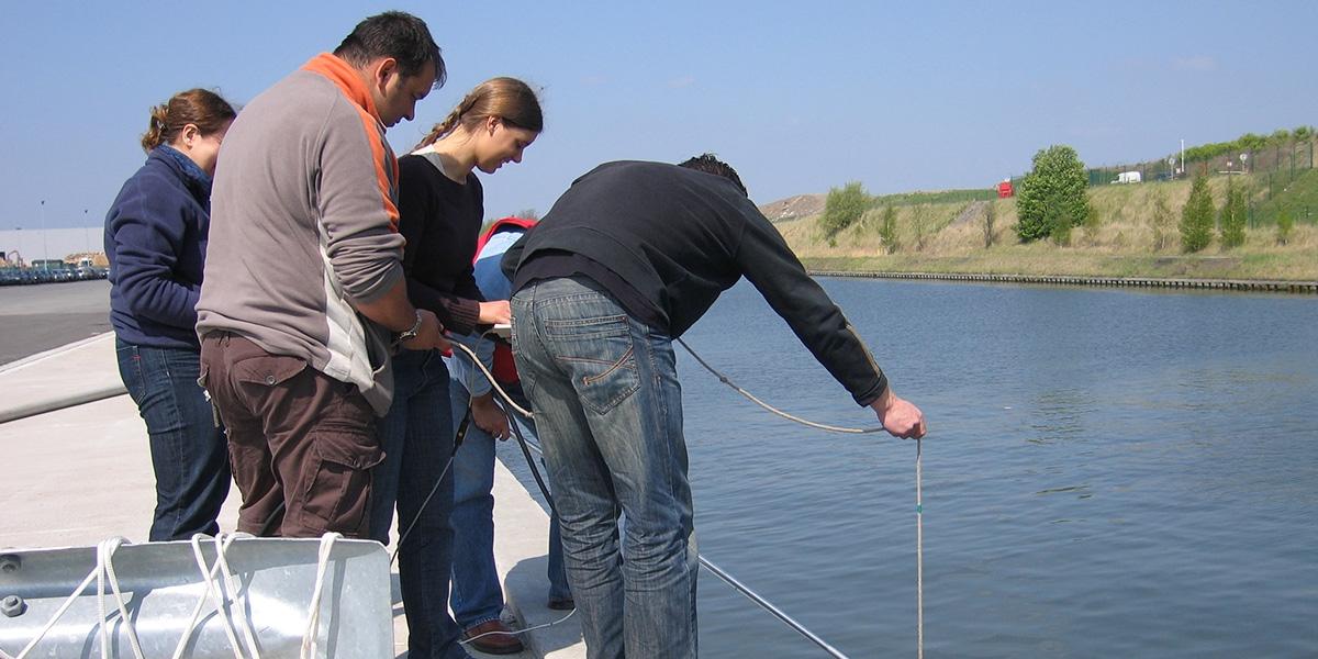 Techniciens de mesures de la qualité de l'eau